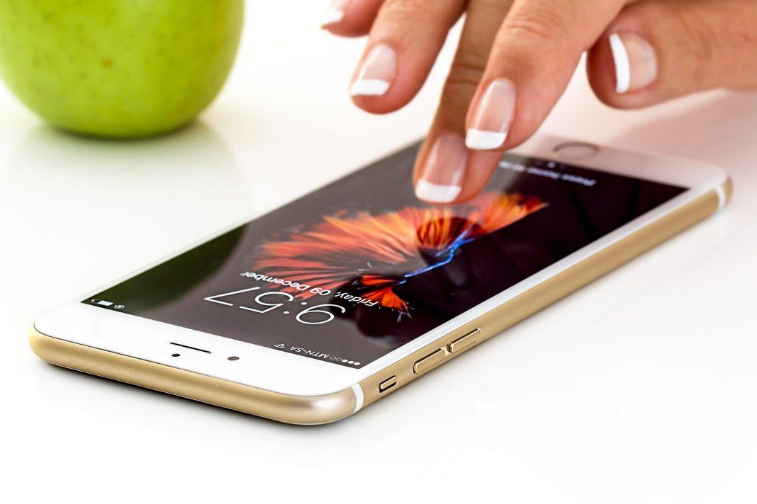 Uszkodzenie iPhone'a może zdarzyć się każdemu, a o taki wypadek naprawdę nie jest trudno - możliwości sposobów uszkodzeń jest niezliczona liczba. Często zdarza się też, że problem z prawidłowym działaniem urządzenia nie jest do końca jasny. Szukamy wtedy pomocy. Pierwsze, o czym myślimy to gwarancja telefonu - wtedy autoryzowany serwis Apple naprawi nasz telefon w jej ramach. Jednak co zrobić, jeśli gwarancja już się skończyła? Na szczęście jest kilka rozwiązań i postaramy się je teraz przybliżyć. Profesjonalne serwisy Apple Oczywiście możemy zanieść smartfon do jakiegokolwiek serwisu naprawczego, ale nie znaczy to, że zaopiekują się oni należycie naszym iPhone'em. Warto skorzystać z usług profesjonalnej firmy, która specjalizuje się w naprawie produktów Apple - serwis iClinica oferuje usługi najwyższej jakości, jak i indywidualne podejście do sprawy i klienta. Jak wiemy, w zależności od uszkodzenia, potrzebujemy też innego sposobu naprawy. Przyjrzyjmy się dwóm najbardziej popularnym uszkodzeniom, które trafiają do serwisu. Zalanie iPhone'a Nawet najnowsze wodoodporne urządzenia nie są w stanie sobie poradzić w momencie, gdy wpadają do wody na dłuższy czas. Jeśli doświadczymy tego nieszczęśliwego wypadku, najważniejsza jest prędkość dostarczenia telefonu do serwisu. Dzięki myjce ultradźwiękowej dobra firma jest w stanie uratować nasz telefon. Trwa to bardzo krótko, a nasz sprzęt możemy odzyskać już w przeciągu 2-3 dni od daty złożenia go w punkcie serwisowym. Uszkodzona szybka Jest to bardzo częsty problem, z którym napotykają się użytkownicy urządzeń mobilnych. Bardzo łatwo o ich upadek, a w konsekwencji pęknięcie szybki. Na szczęście nie jest trudno temu zaradzić, a profesjonalna firma załatwi to od ręki - nawet w 30 minut. Pracujący tam ludzie codziennie naprawiają w ten sposób różne sprzęty, a zdobyte przez to doświadczenie, w połączeniu z oryginalnymi podzespołami sprawia, że możemy być pewni świetnie wykonanej roboty. Cena i inne możliwości Jeśli chodzi o cenę
